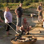 Menschen grillen am See