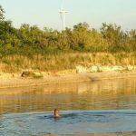 Kinder spielen im See