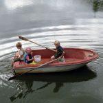 Kinder im Ruderboot